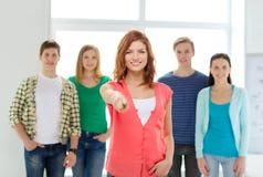 Студенты с подростком в передний указывать на вас Стоковые Фото