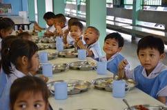 Студенты Таиланда едят стоковые изображения rf