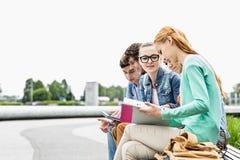Студенты университета изучая совместно на парке Стоковые Изображения RF