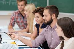 Студенты университета изучая совместно Стоковое фото RF