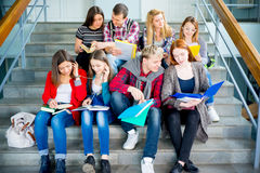 Студенты университета на лестницах стоковые фото