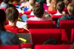 Студенты университета сидя в классе Стоковые Изображения