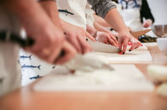 Студенты учат отрезать лук Стоковое Изображение