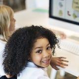 Студенты уча концепцию обучения по Интернетуу биологии Стоковые Изображения