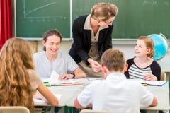 Студенты учителя уча уроки землеведения в школе Стоковые Фото