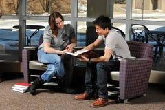 студенты чтения книги Стоковые Изображения
