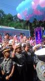 Студенты школы одели в полиции уча шину пропусков перекрестную стоковая фотография