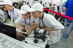 Студенты школы программируют робот Tyumen Россия Стоковые Изображения