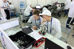 Студенты школы программируют робот Tyumen Россия Стоковое Изображение RF