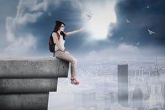 Студент выпуская голубя на крыше Стоковые Фото