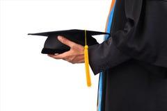 Студент-выпускники университета, студент-выпускников держа шляпы вручили к Стоковые Изображения