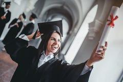Студент-выпускник женщины в университете Стоковые Фотографии RF