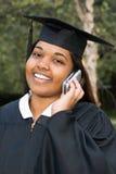 Студент-выпускник женщины используя мобильный телефон Стоковая Фотография RF