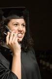 Студент-выпускник женщины используя мобильный телефон Стоковое Изображение