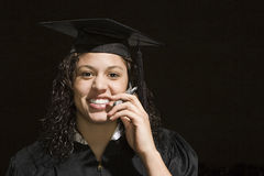 Студент-выпускник женщины используя мобильный телефон Стоковые Фото