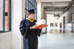 Студент-выпускник женщины нося мантию градации Стоковая Фотография RF