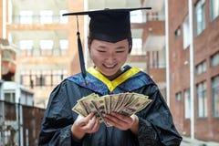 Студент-выпускник женщины нося мантию градации Стоковые Фото