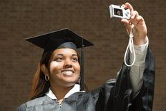 Студент-выпускник женщины принимая автопортрет Стоковая Фотография RF