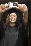 Студент-выпускник женщины принимая автопортрет Стоковые Фотографии RF