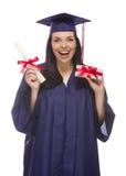 Студент-выпускник женщины с дипломом и стогом сотен обернутых подарком Стоковые Фото