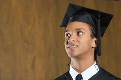 Студент-выпускник мужчины смотря вверх Стоковая Фотография RF