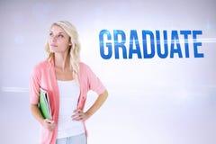 Студент-выпускник против серой предпосылки Стоковое Фото