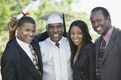 Студент-выпускник старшия с сыном и внуками вне портрета Стоковые Изображения