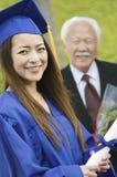 Студент-выпускник с дедом за внешним портретом Стоковые Фотографии RF