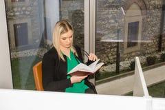 Студент в библиотеке Стоковое Фото