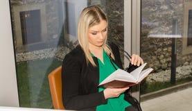 Студент в библиотеке Стоковые Изображения