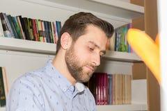 Студент в библиотеке Стоковое Изображение