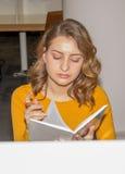 Студент в библиотеке Стоковая Фотография RF