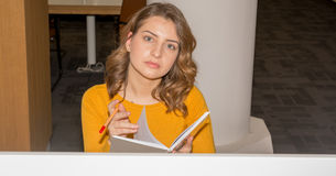 Студент в библиотеке Стоковая Фотография