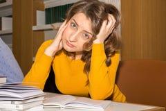 Студент в библиотеке Стоковые Фотографии RF
