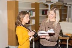 Студент в библиотеке Стоковые Фото