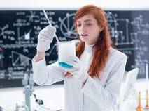 Студент в химической лаборатории Стоковая Фотография RF