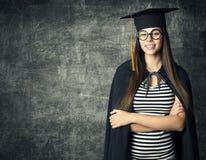 Студент в шляпе градации, женщина в Mortarboard стекел стоковая фотография rf