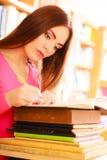 Студент девушки в библиотеке колледжа Стоковое фото RF