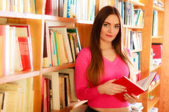 Студент девушки в библиотеке колледжа Стоковое Фото