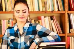 Студент девушки в библиотеке колледжа Стоковые Фотографии RF