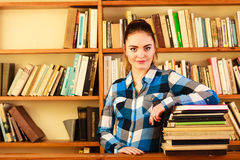Студент девушки в библиотеке колледжа Стоковая Фотография