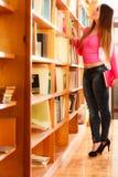 Студент девушки в библиотеке колледжа Стоковое Изображение RF