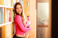Студент девушки в библиотеке колледжа Стоковая Фотография RF