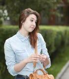 Студент девушки в парке после школы Стоковые Фотографии RF