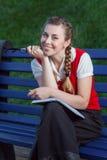 Студент девушки в парке Стоковое Изображение RF