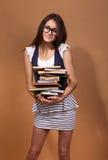 Студент девушки держа книгу, Стоковое Изображение RF