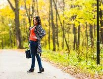 Студент девушки идя в парк осени Стоковые Фото