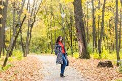 Студент девушки идя в парк осени Стоковое фото RF