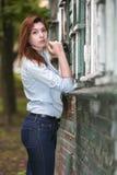 Студент девушки о покинутом доме в парке после школы Стоковое Фото