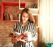 Студент девушки с книгами в библиотеке Стоковые Фотографии RF